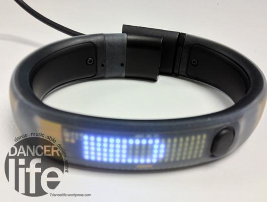 Nike+ FuelBand  充電時,前面的螢幕會顯示現在充電的狀況與進度.
