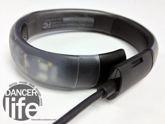 Nike+ FuelBand 打開之後,可以透過usb充電與傳輸身體狀況的一些數據資料.