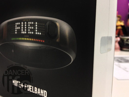 Nike+ FuelBand 包裝盒右邊的開封處