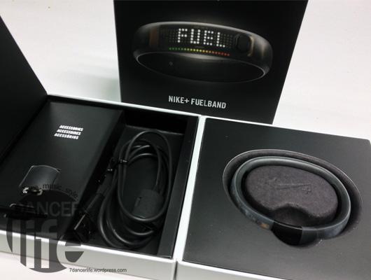 Nike+ FuelBand包裝盒打開!內容物就是手環與一些配件,東西算是齊全,不需要另外再買些甚麼.